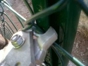 Grapado de malla y alambre al poste