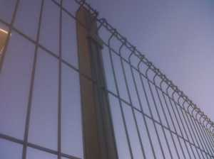 Poste de valla con malla plegada