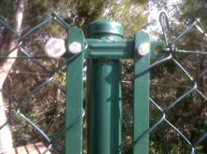Poste cercado con accesorios soldados