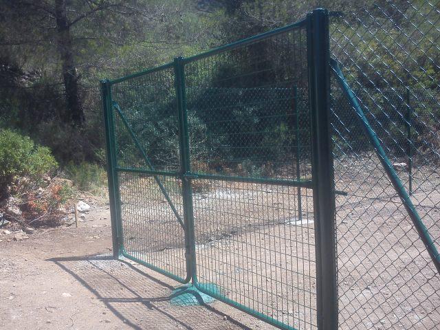 Puerta de mallazo en cercado metálico