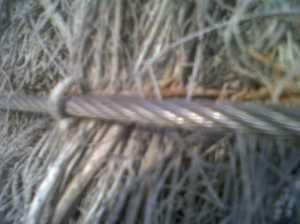 Detalle fijación o amarre en valla de brezo