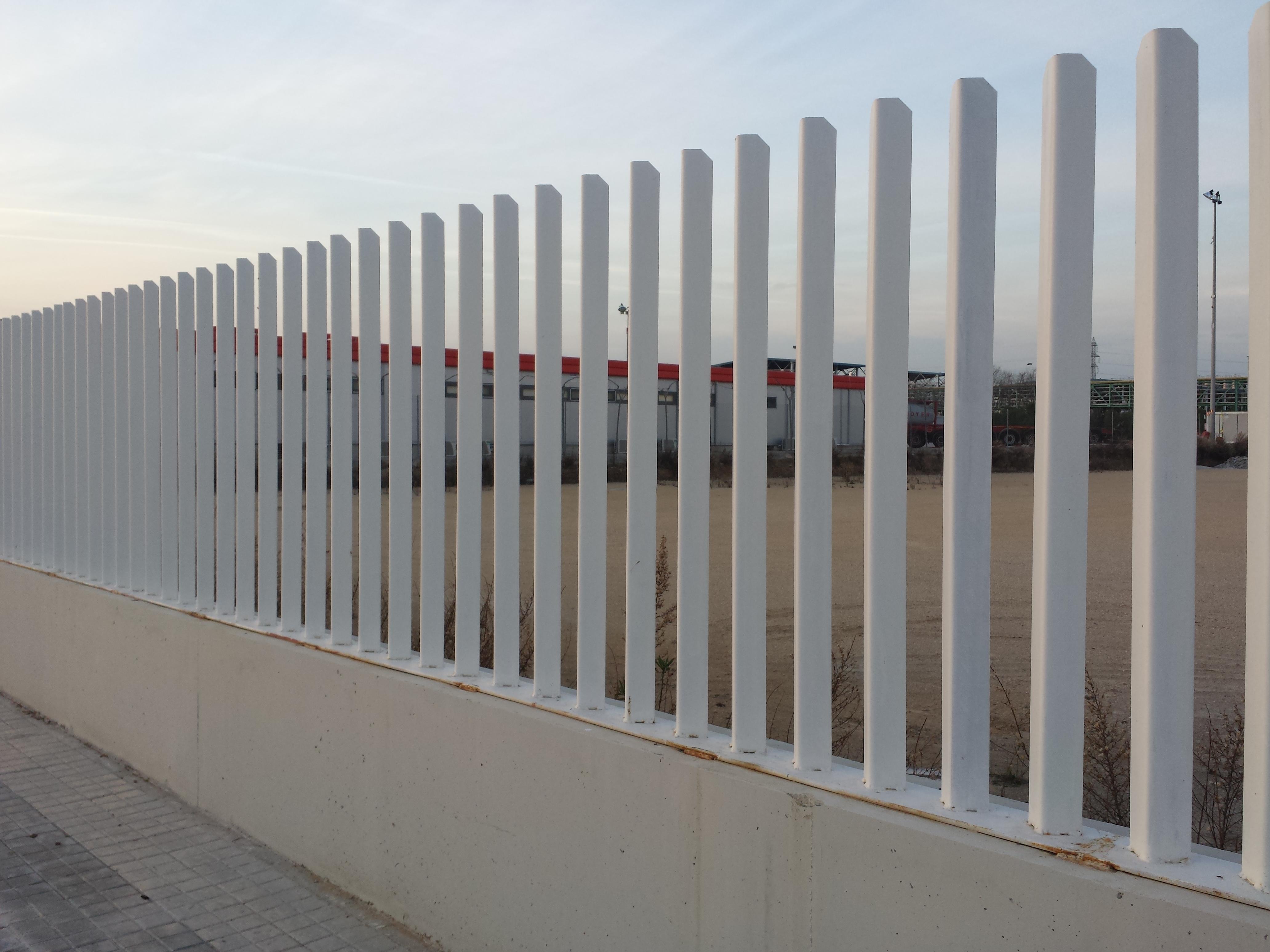 Vinuesa vallas cercados como son las vallas modernas for Vallas de hierro para jardin