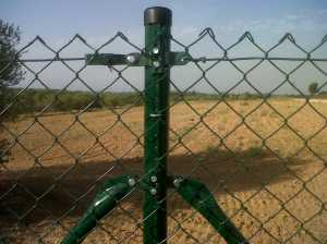 Poste de cercado con accesorios intercambiables que permiten su fijacion en cualquier punto del poste
