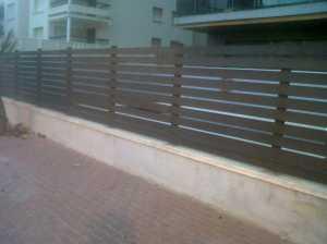 Montaje de Valla con verja de madera de lamas horizontales
