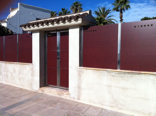 Verja y puerta residencial de compacto fenolico y acero inoxidable