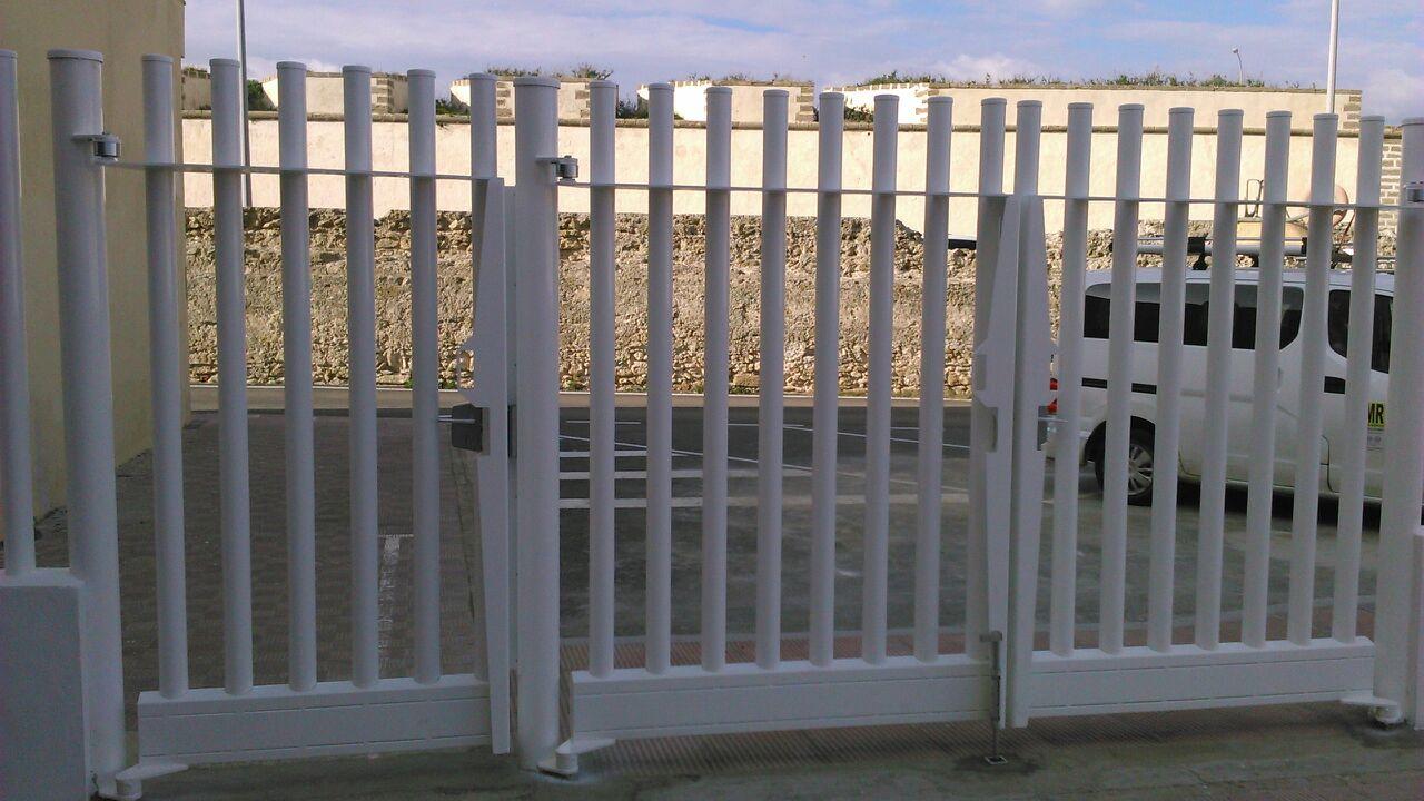 Vinuesa vallas cercados como son las puertas met licas for Puertas metalicas modernas para exterior