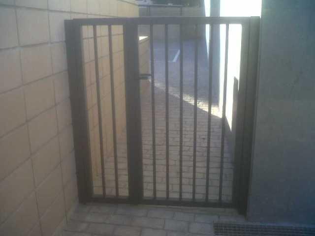 Puerta residencial con barrotes