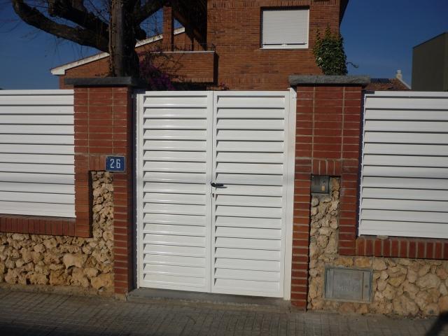 Puerta residencial de lamas