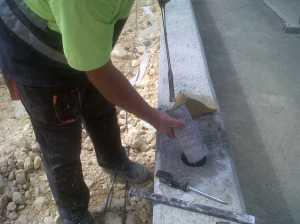 Perforación en hormigón para poste de valla