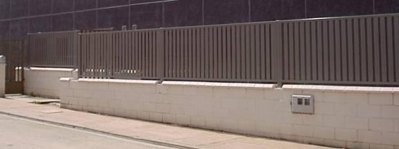 Verja residencial con lamas de hierro verticales
