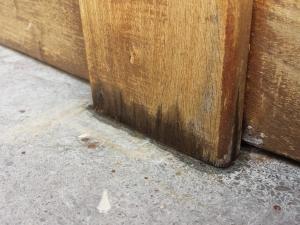 Efectos de la humedad en valla de madera