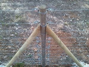 Poste tensión de madera para cercado con malla rural