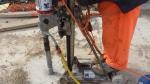 Maquina perforando hormigon