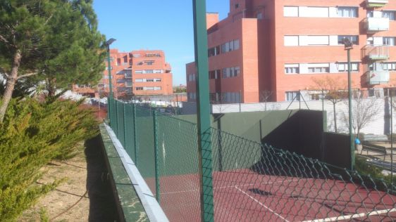 Pista de padel con muro y simple torsion